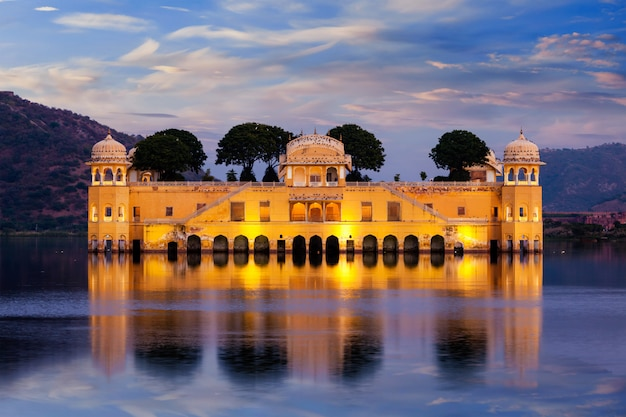 Pałac wodny jal mahal. jaipur, radżastan, indie