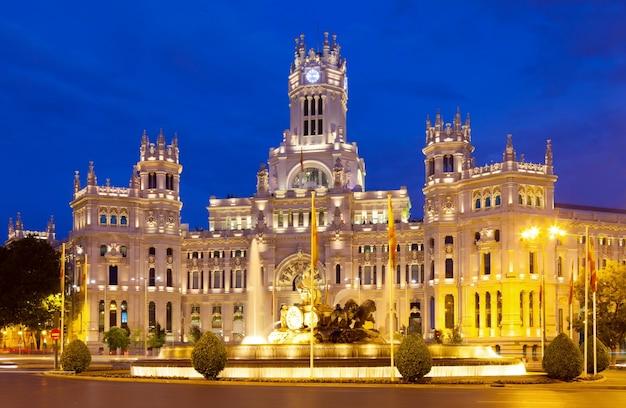 Palacio de cibeles w lecie noc. madryt
