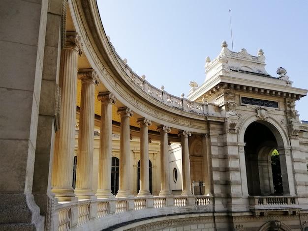 Palais longchamp pod błękitnym niebem i światłem słonecznym w marsylii we francji