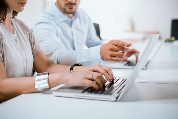 Palce biznesmena wskazuje ekran komputera przenośnego dla kobiet businesswoman.