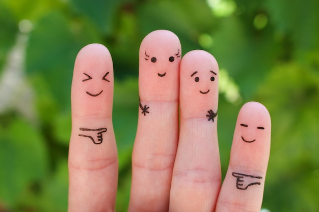 Palce sztuki ludzi. kobieta koncepcyjna wyższa od mężczyzny, wokół się z nich śmiać.