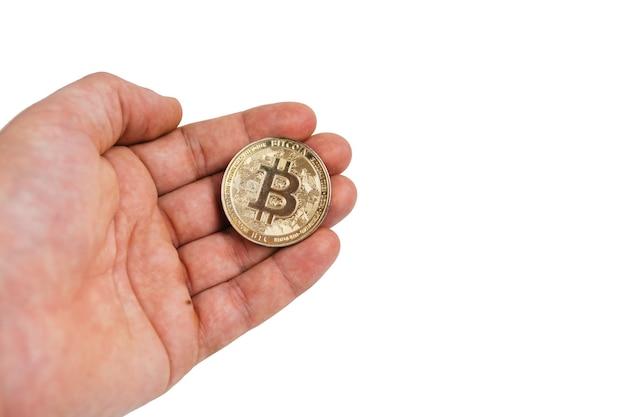 Palec przytrzymaj bitcoin złoty na białym na białym tle, ręka trzymaj złoty bitcoin krypto cyfrowe pieniądze koncepcja