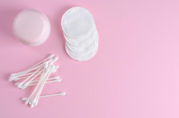 Pałeczki do uszu i płatki kosmetyczne w pastelowym różu