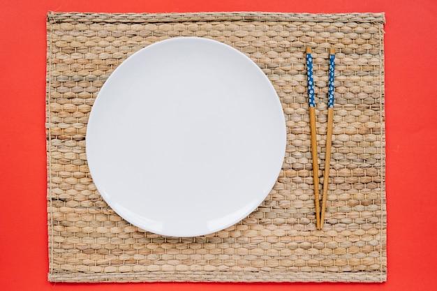 Pałeczki i talerz na serwetce