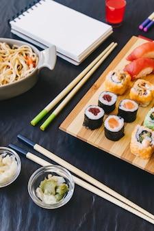 Pałeczki i wasabi w pobliżu sushi