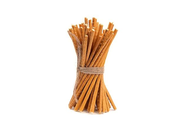 Pałeczki słomy są wykonane z mąki pszennej na białym tle
