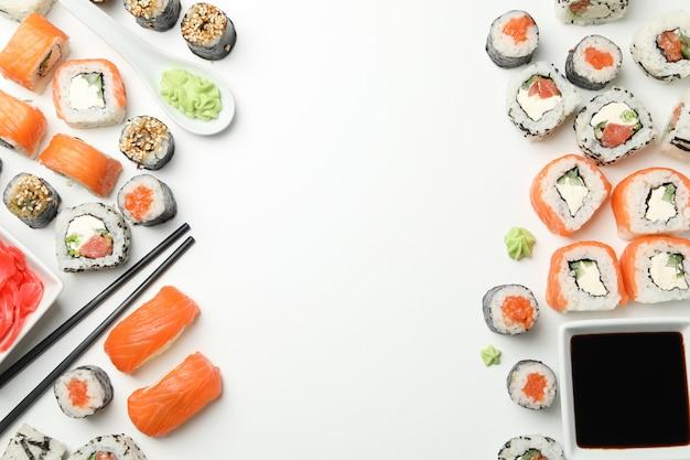 Pałeczki sushi i pałeczki na białej powierzchni. japońskie jedzenie