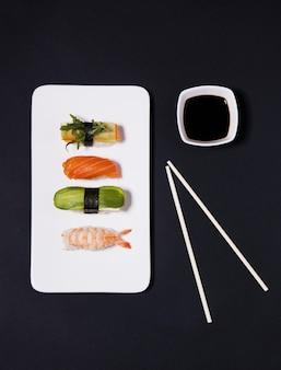 Pałeczki w pobliżu sosu sojowego i sushi