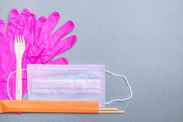 Pałeczki widelcowe maska medyczna rękawiczki lateksowe jako koncepcja bezpiecznego dostarczania żywności