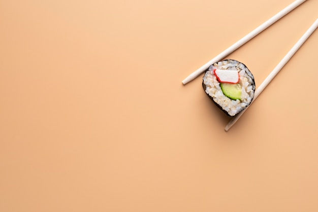 Pałeczki z widokiem z góry trzymające sushi
