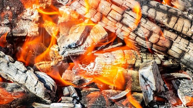 Palenie drewna opałowego i węgli w grillu. płonący ogień. grillowanie mięsa. węgle do smażenia.