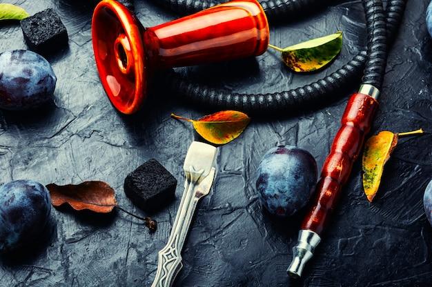 Palenie fajki wodnej z tytoniem o smaku śliwkowym.owocowa szisza