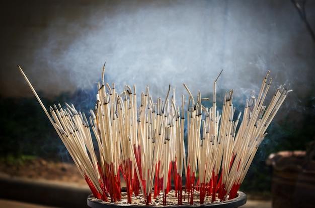 Palenie kadzidełek. sprzęt do ceremonii religijnych