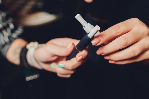 Palenie nowoczesnego hybrydowego urządzenia papierosowego technologia wyrobów tytoniowych bez palenia