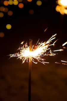 Palenie ognia bengalskiego nowego roku na czarnym tle