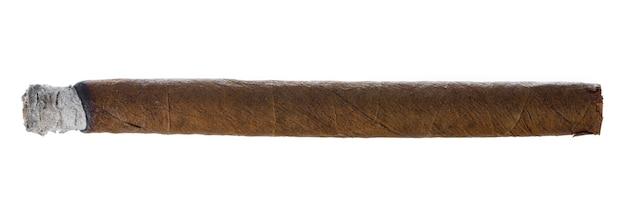 Palenie ręcznie walcowane cygaro na białym tle