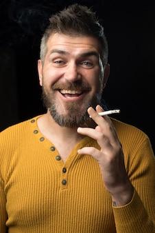 Palenie. rzeczywisty problem społeczny. koncepcja uzależnienia od narkotyków lub nadużyć medycznych. człowiek z depresją patrząc w kamerę.