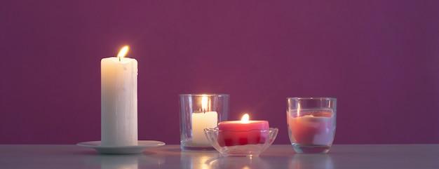 Palenie świec na fioletowym tle