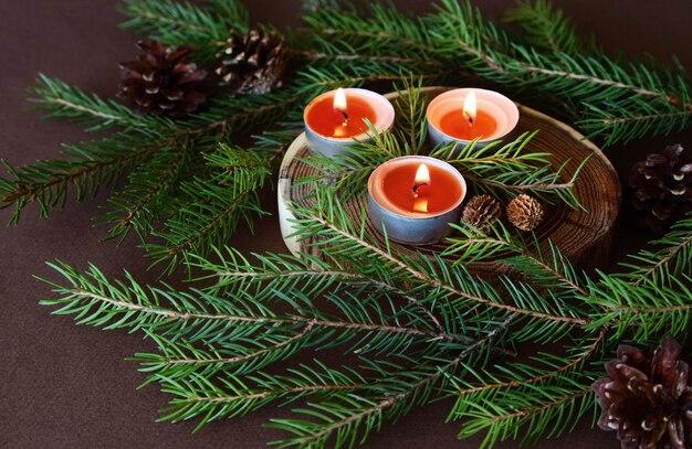 Palenie świec świątecznych. ozdoby dekoracyjne.