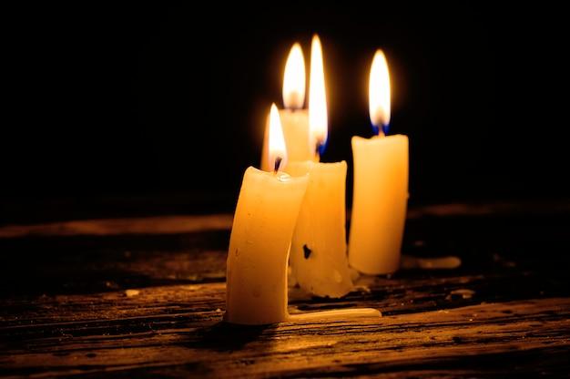 Palenie świec w pobliżu książki na stole