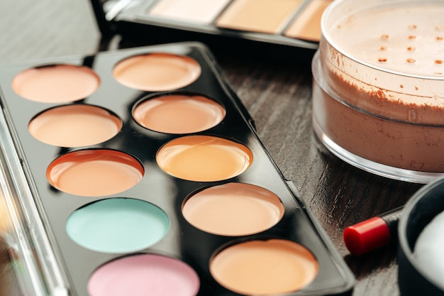 Paleta do makijażu z kolorowymi korektorami na szarym tle