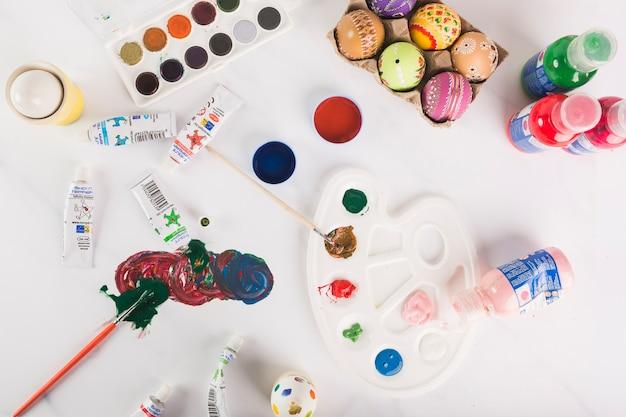 Paleta i farby w pobliżu pisanek