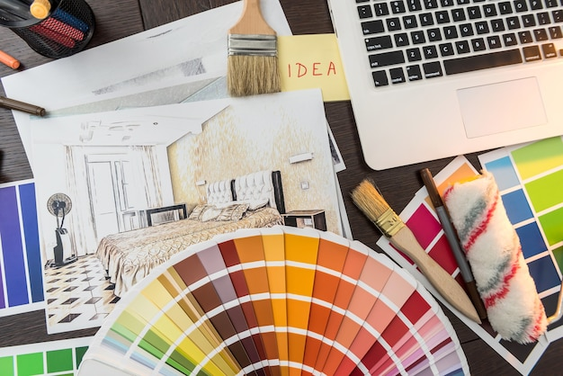 Paleta kolorów do remontu domu. apartamenty szkic z próbnikiem laptopa i pędzel na biurku. dzień pracy kreatywności
