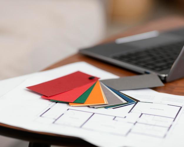 Paleta kolorów i laptop do remontu domu