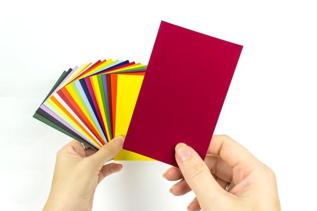 Paleta kolorów w dłoni. przewodnik po próbkach farb.