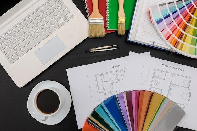 Paleta kolorów z domową patelnią i laptopem na czarno
