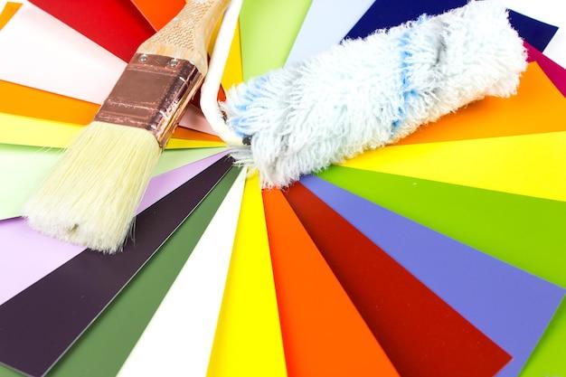 Paleta Kolorów Z Pędzlem I Rolką, Próbki Do Definicji Koloru. Premium Zdjęcia