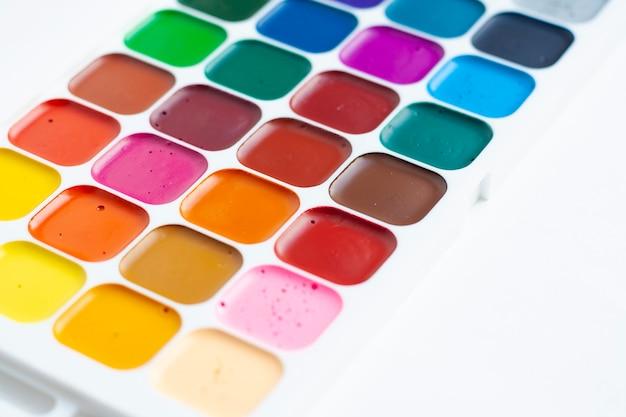 Paleta kolorowych akwareli na białym tle