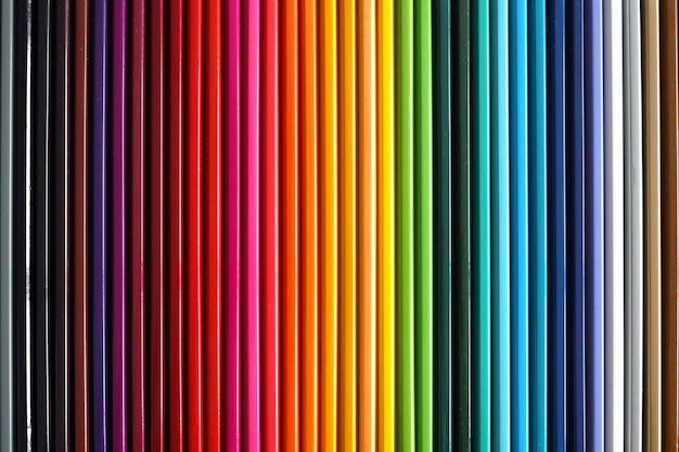 Paleta kolorowych ołówków. artykuły szkolne dla dzieci. kolorowe drewniane ołówki w kolejce.