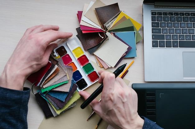 Paleta próbek kolorów. musi mieć narzędzie dla projektantów. połączenie kolorów, tworzenie sztuki. mężczyzna wybierający odpowiedni odcień do swojego projektu