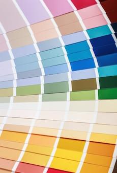 Paleta z próbkami w różnych kolorach