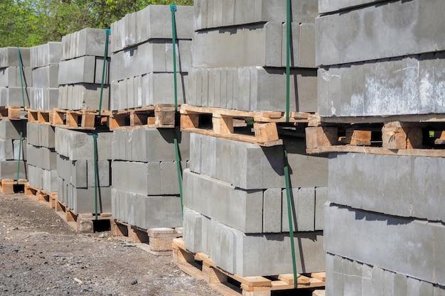 Palety bloków żużlowych na placu budowy