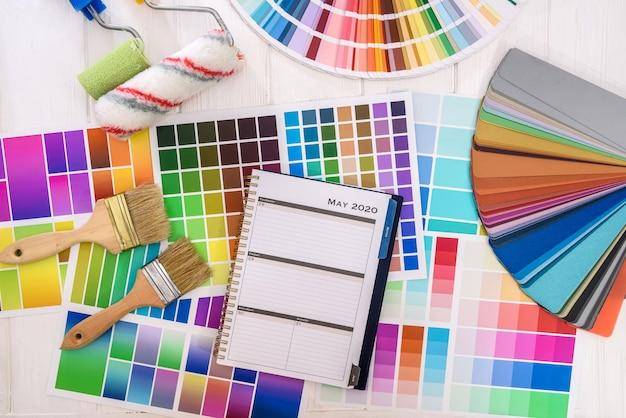 Palety kolorów z narzędziami do malowania - widok z góry