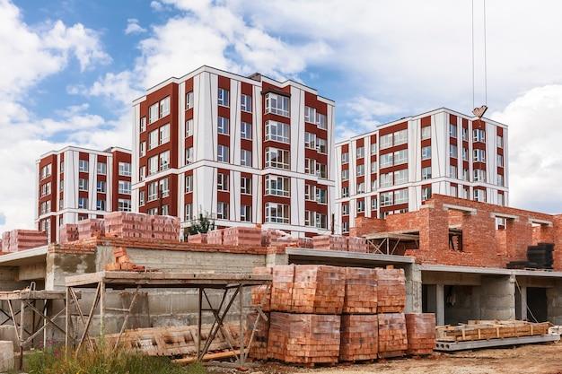 Palety z cegłami na budowie