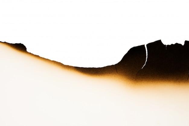 Pali starą brown papieru połówkę na białej teksturze
