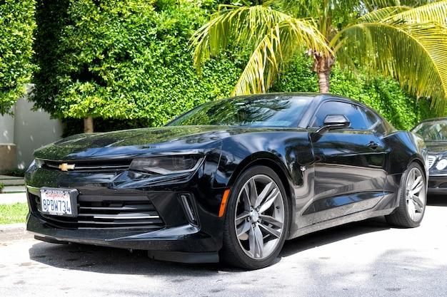 Palm beach, floryda usa - 21 marca 2021: czarny luksusowy samochód chevrolet camaro zaparkowany w palm beach, stany zjednoczone ameryki. niski widok narożny.