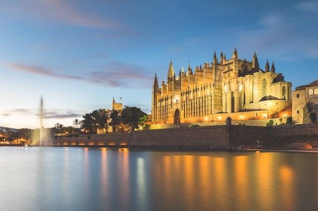 Palma de mallorca katedra o zmierzchu, piękny widok