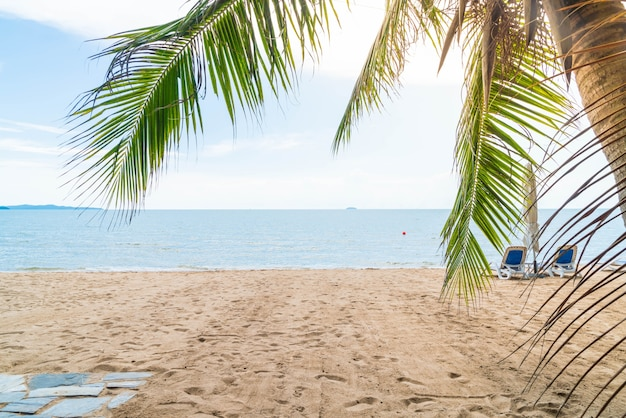 Palma i tropikalnej plaży w pattaya w tajlandii