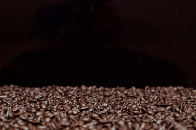 Palone ciemne ziarna kawy tło