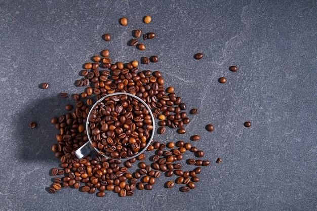 Palone ziarna kawy brązowy na białym tle