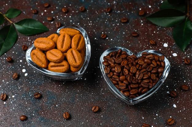 Palone ziarna kawy i ciastka w kształcie ziaren kawy