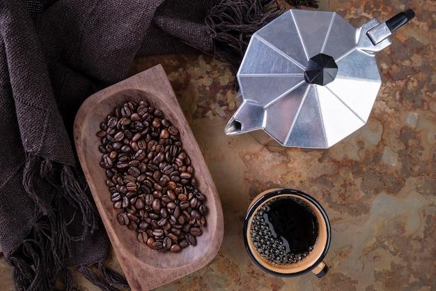 Palone ziarna kawy, kubek kawy i tradycyjny włoski ekspres do kawy