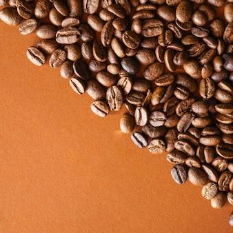 Palone ziarna kawy na brązowym tle