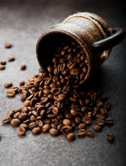 Palone ziarna kawy na ciemnym tle, zbliżenie, selektywne fokus