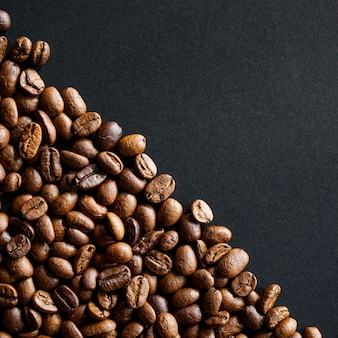 Palone ziarna kawy na czarnym tle