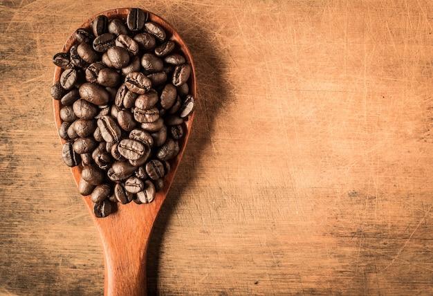 Palone ziarna kawy na tle starego drewna
